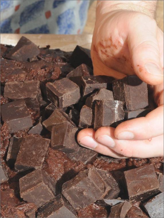 mano che impasta, cioccolato a pezzi grossi