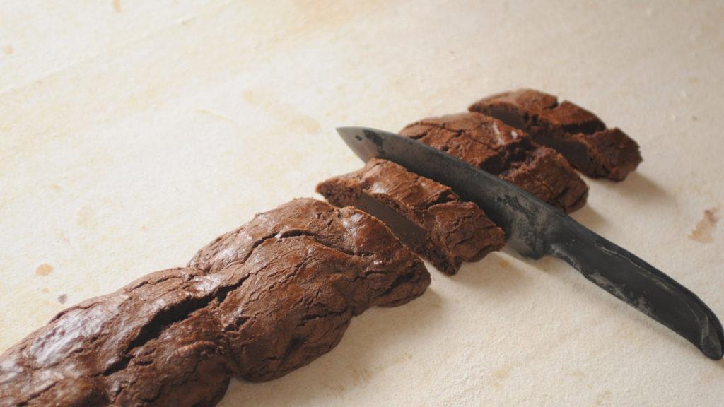 Taglio dei biscotti al cioccolato